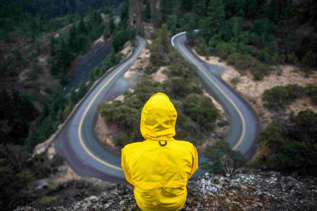 Imagem de uma estrada curva em que você não pode voltar